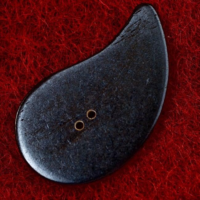水牛の角ボタン[5個セット] - 約5cm ×約3cm - 勾玉風 3 - 裏面です。