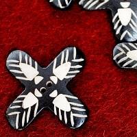 インドとアジアの布のセール品:[ありがとう18周年!大決算セール]水牛の角ボタン[5個セット] - 花 - 約4.5cm