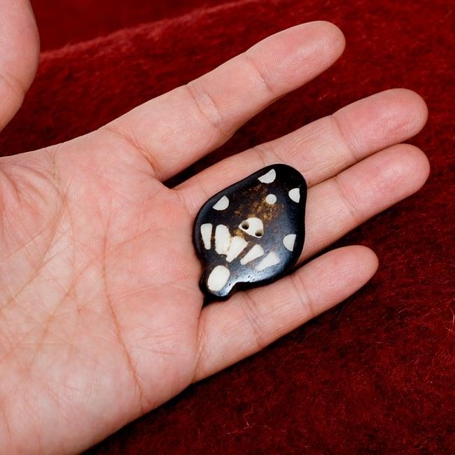 水牛の角ボタン[5個セット] - 約4cm ×約3cm - きのこ 4 - 手に持つとこのくらいのサイズ感です。