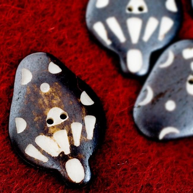 水牛の角ボタン[5個セット] - 約4cm ×約3cm - きのこの写真