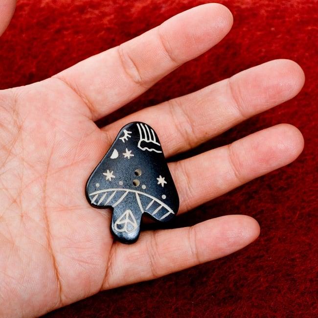 水牛の角ボタン[5個セット] - きのこ - 約4cm ×約3cm 4 - 手に持つとこのくらいのサイズ感です。