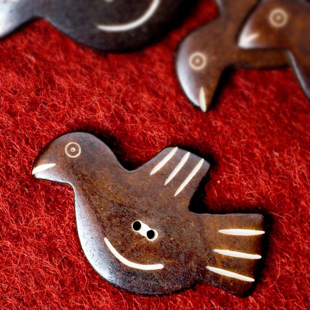 水牛の角ボタン[5個セット] - 約5cm×約3cm - 鳥の写真
