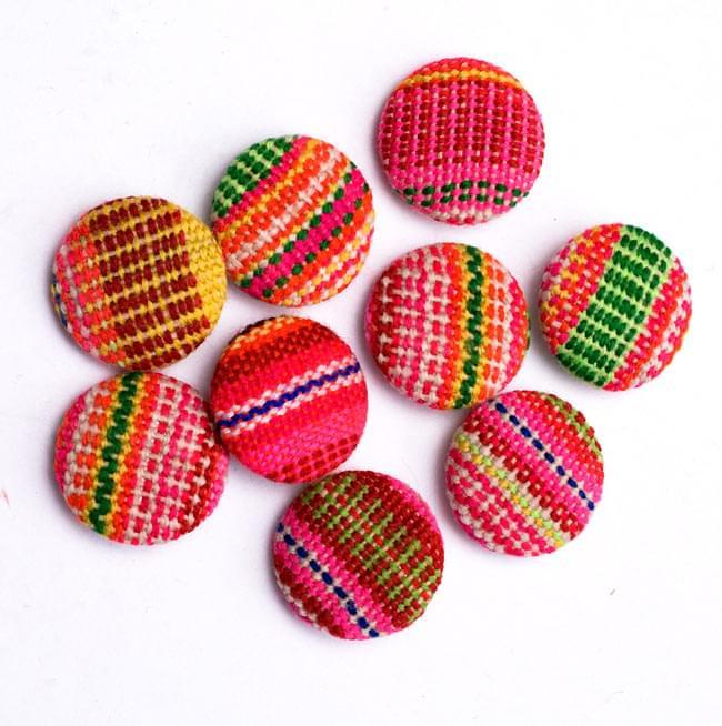 モン族の刺繍ボタン【直径:25mm 3個セット】 - ネオン系の写真3 - ちょっとづつデザインが異なりますので、ご理解ください。