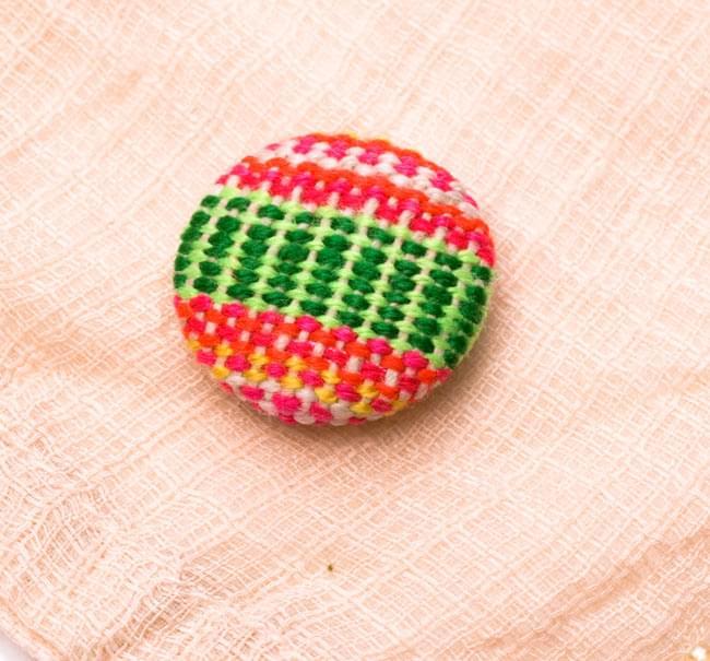 モン族の刺繍ボタン【直径:25mm 3個セット】 - ネオン系の写真