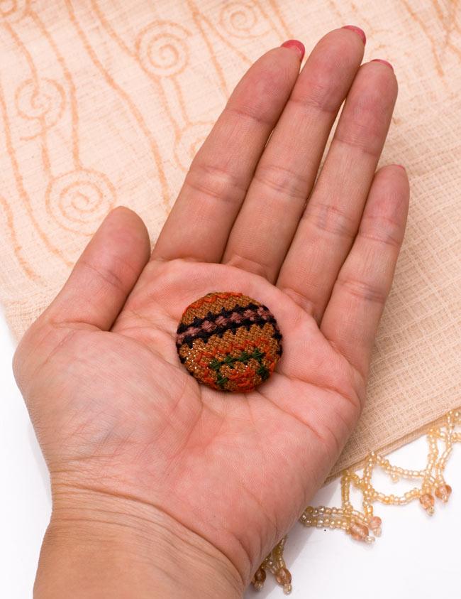 モン族の刺繍ボタン【直径:30mm 3個セット】 - ネオン系の写真5 - 手に乗せてみました。このくらいの大きさです。
