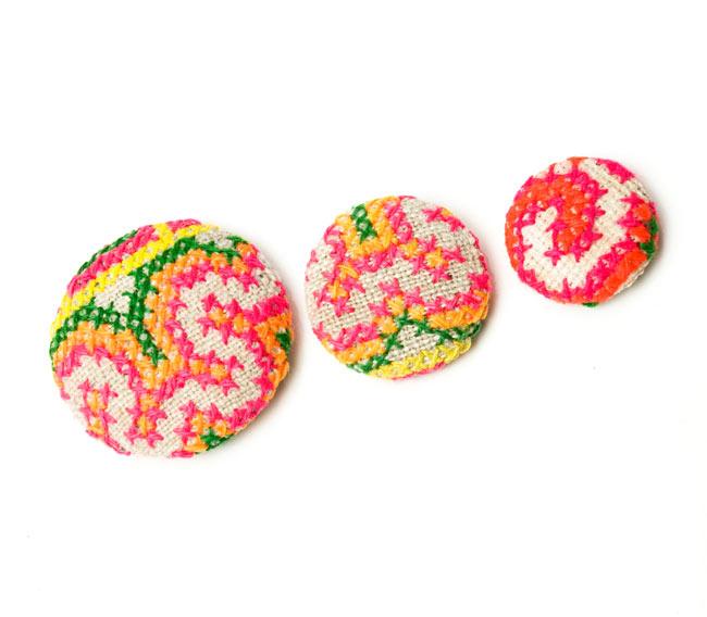 モン族の刺繍ボタン【直径:30mm 3個セット】 - ネオン系 6 - 左から、40mm 30mm 25mm の大きさになります。