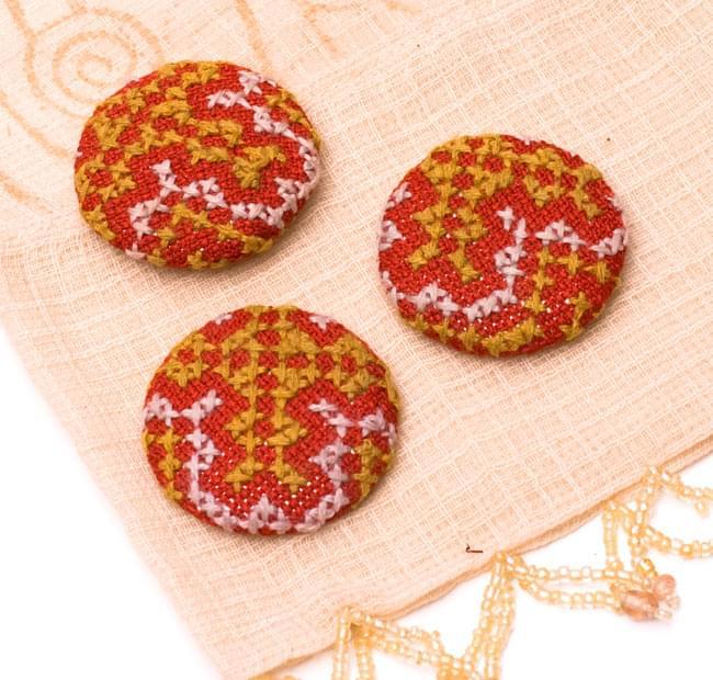 モン族の刺繍ボタン【直径:40mm 3個セット】 - 赤系の写真2 - 3個セットでのお届けとなります。