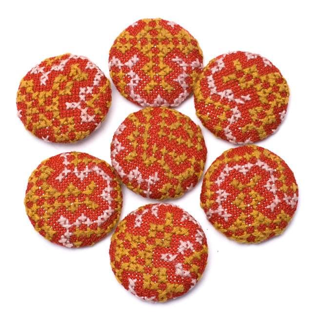 モン族の刺繍ボタン【直径:40mm 3個セット】 - 赤系の写真3 - ちょっとづつデザインが異なりますので、ご理解ください。