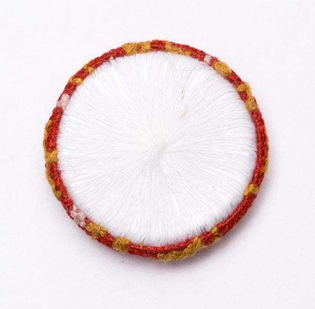 モン族の刺繍ボタン【直径:40mm 3個セット】 - 赤系の写真4 - 裏面はこんな風になっています。
