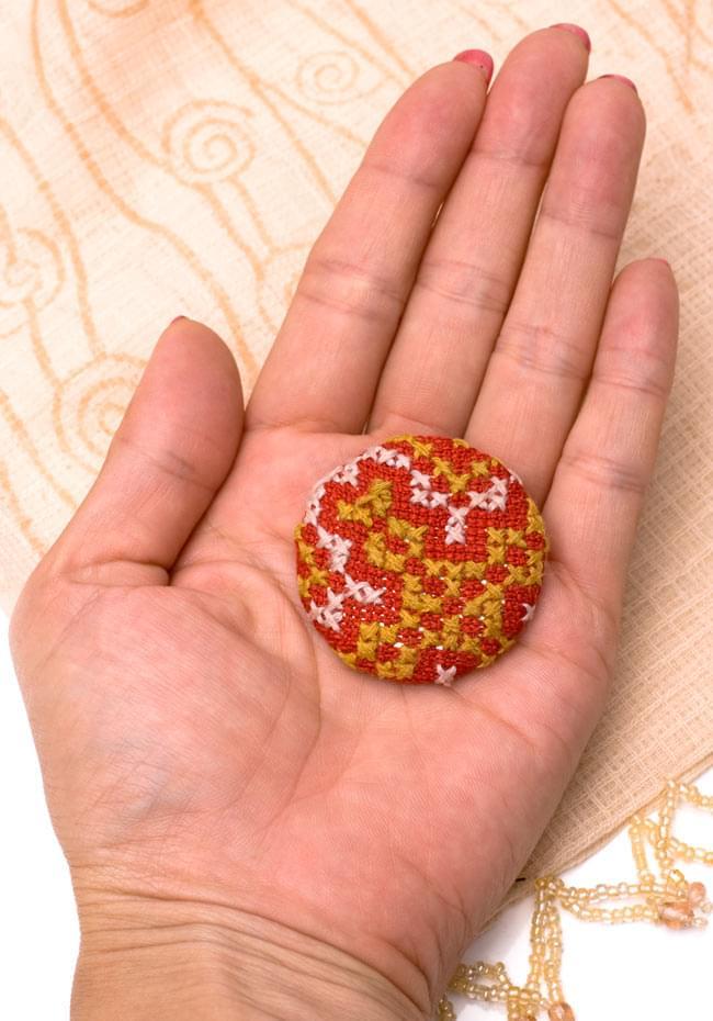 モン族の刺繍ボタン【直径:40mm 3個セット】 - 赤系の写真5 - 手に乗せてみました。このくらいの大きさです。