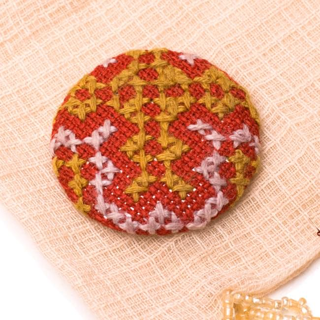 モン族の刺繍ボタン【直径:40mm 3個セット】 - 赤系の写真