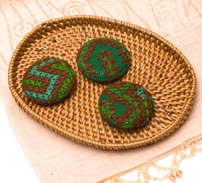 モン族の刺繍ボタン【直径:40mm 3個セット】 - グリーン系の写真2 - 3個セットでのお届けとなります。