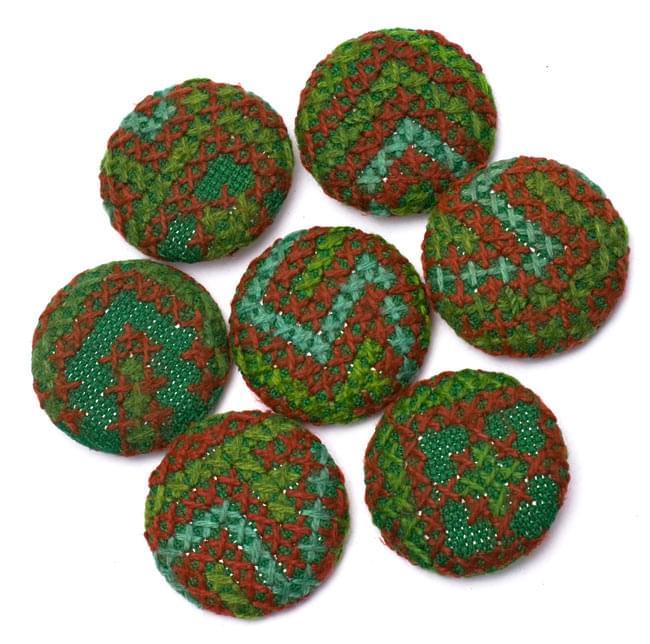 モン族の刺繍ボタン【直径:40mm 3個セット】 - グリーン系の写真3 - ちょっとづつデザインが異なりますので、ご理解ください。