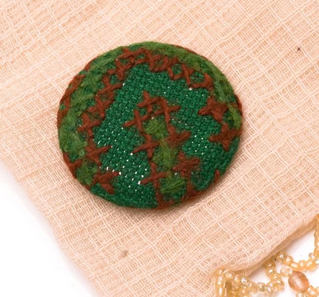 モン族の刺繍ボタン【直径:40mm 3個セット】 - グリーン系の写真
