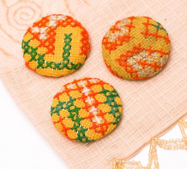 モン族の刺繍ボタン【直径:40mm 3個セット】 - 黄系 2 - 3個セットでのお届けとなります。