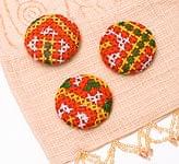 モン族の刺繍ボタン【直径:40mm 3個セット】 - 赤・黄系