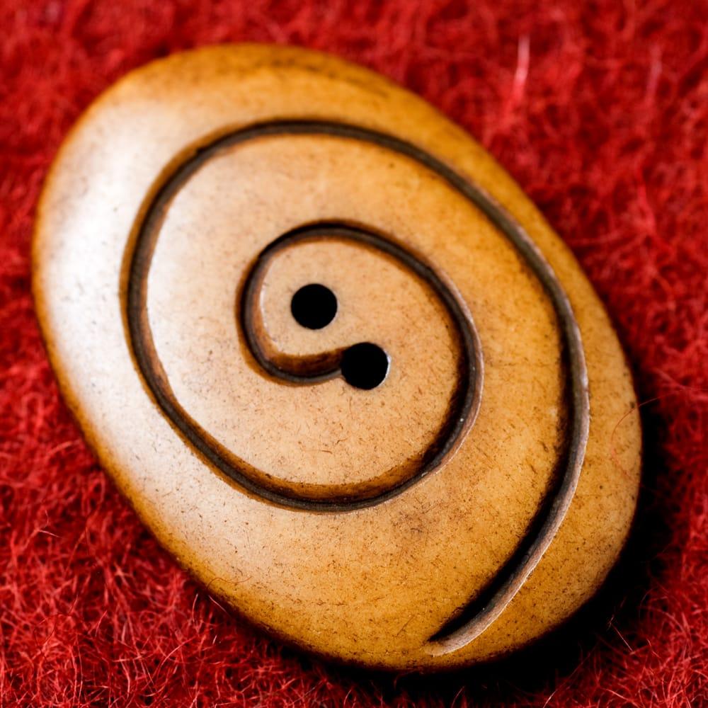 水牛の角ボタン[5個セット] - 約4cm ×約3cm - ぐるぐる 2 - 表面です。