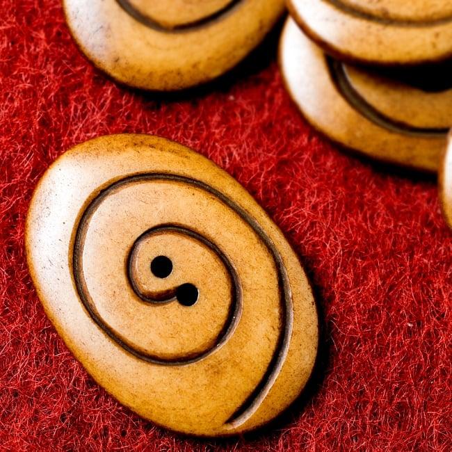 水牛の角ボタン[5個セット] - 約4cm ×約3cm - ぐるぐる 1