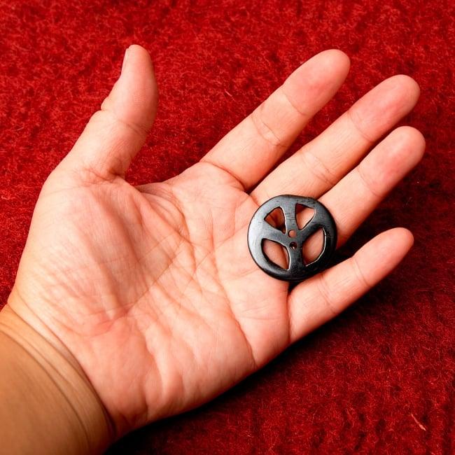 水牛の角ボタン[5個セット] - ピース - 約3cm 4 - 手に持つとこのくらいのサイズ感です。