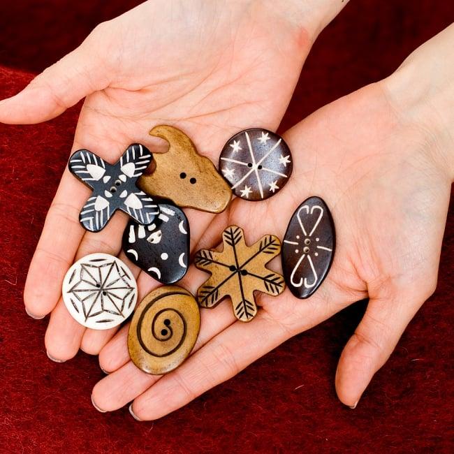 水牛の角ボタン[5個セット] - 太角 - 約4.5cm×約2cm 6 - 他のデザインも比べてみました。この様なサイズ感になっています。