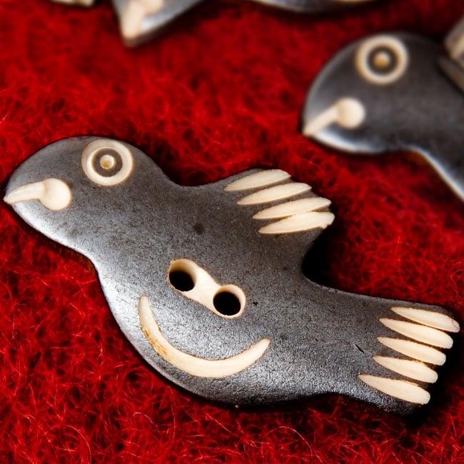 水牛の角ボタン[5個セット] - 鳥 - 約4cm×約2cmの写真