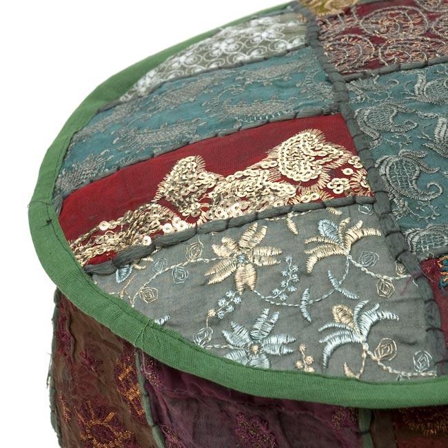 インド・プフ パッチワーク円筒形クッションカバー - 緑 2 - 上面の撮影してみました。様々な柄のカラフルなラジャスタン刺繍布が目を引きます!