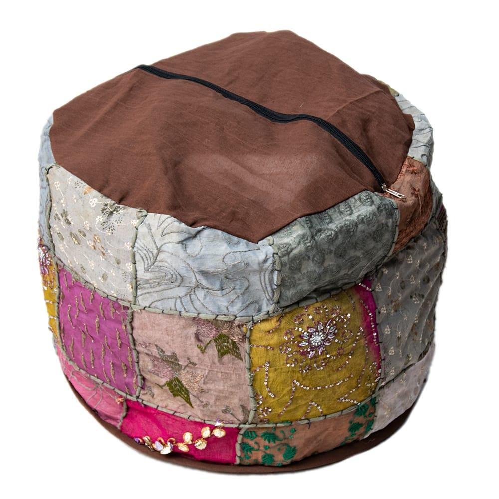 インド・プフ パッチワーク円筒形クッションカバー - 緑 3 - 裏面を撮影してみました。 ファスナーも外国製ですのであまり丈夫ではない場合があります。 撮影では中に毛布をパンパンに詰めて撮影しています。外側のカバーのみの販売ですので、お客様の手で中に毛布や布、新聞紙やプチプチなどを詰めてあげてください。