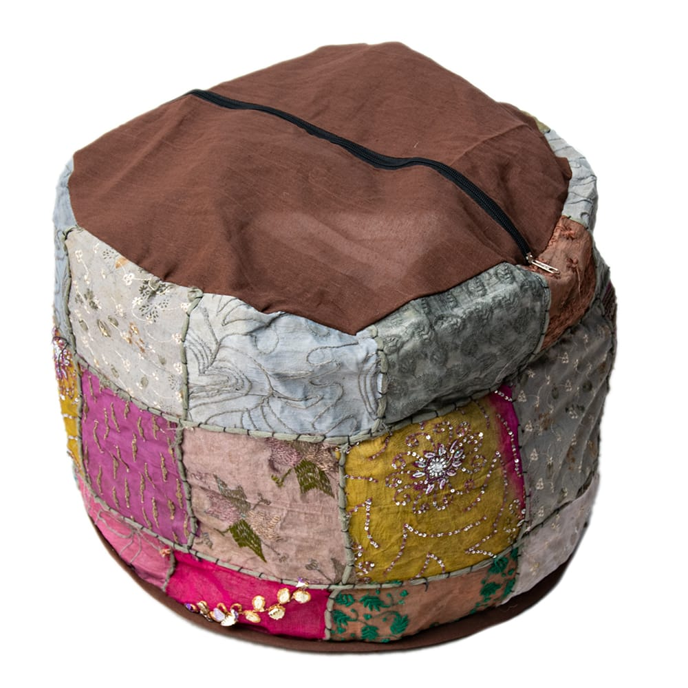 インド・プフ パッチワーク円筒形クッションカバー - 茶 3 - 裏面を撮影してみました。 ファスナーも外国製ですのであまり丈夫ではない場合があります。 撮影では中に毛布をパンパンに詰めて撮影しています。外側のカバーのみの販売ですので、お客様の手で中に毛布や布、新聞紙やプチプチなどを詰めてあげてください。