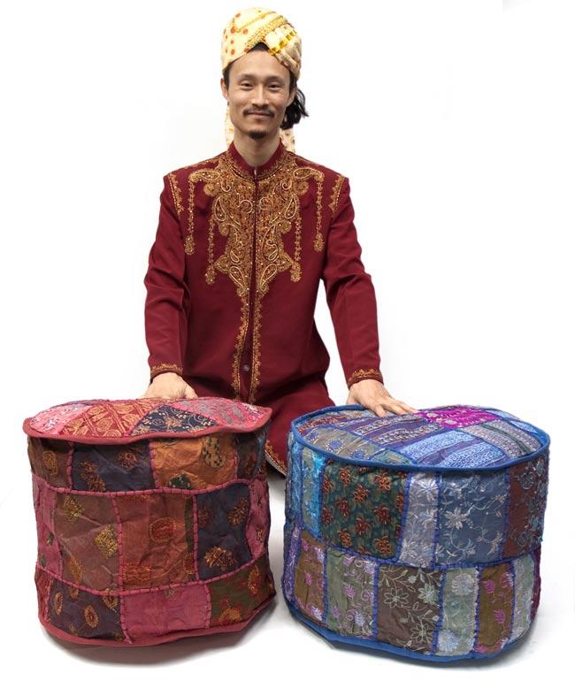 インド・プフ パッチワーク円筒形クッションカバー - 茶 4 - モデルと並べてサイズ比較してみました。結構なボリュームがあるので存在感抜群のインテリアになりますよ!