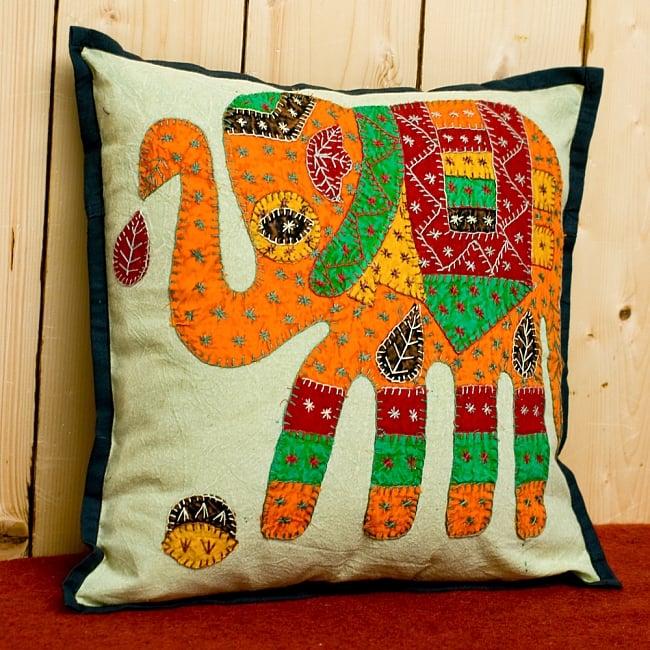 ラジャスタン刺繍のクッションカバー - 象さん【ブラック】 3 - 別の角度から見ても可愛いです!