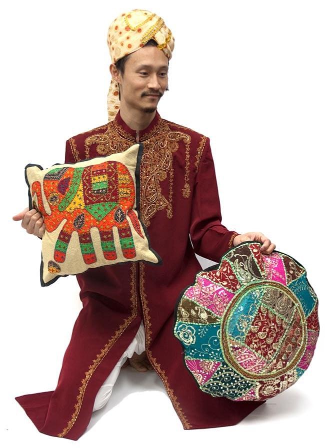 ラジャスタン刺繍のクッションカバー - 象さん【ブラック】 9 - サイズが分かるようにインドパパと一緒に撮影