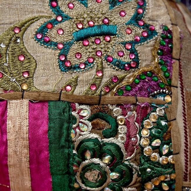 【ラジャスタン刺繍】クッションカバー カーキ系アソートの写真3 - アンティーク布を使用しているので、シミやほつれなどある場合がござます。アンティークならではの魅力とご理解頂いた上でお買い求め下さいます様お願いお致します。