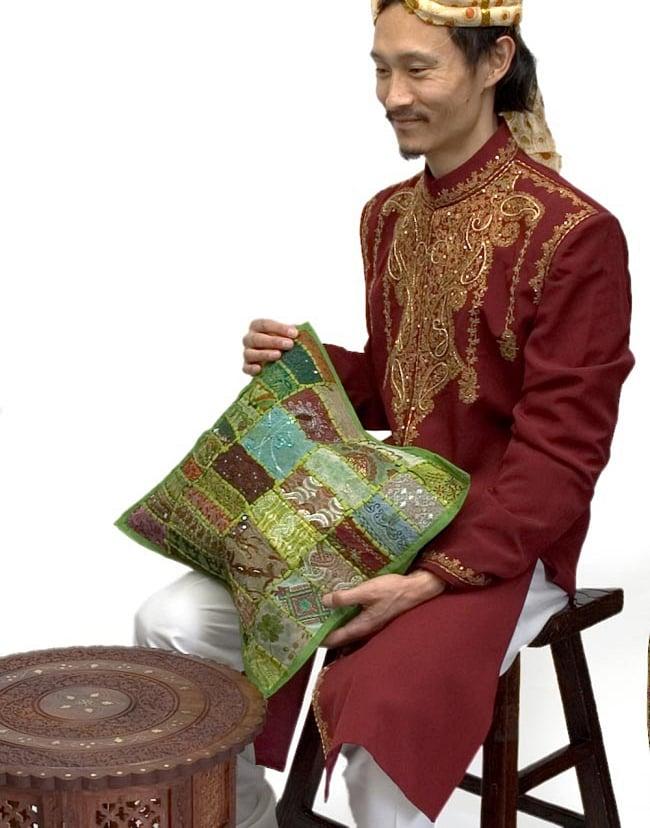 【ラジャスタン刺繍】クッションカバー カーキ系アソートの写真8 - インドパパが持ってみました!ちょうどいい大きさです。こちらは、同じサイズの同類商品を撮影したものです。