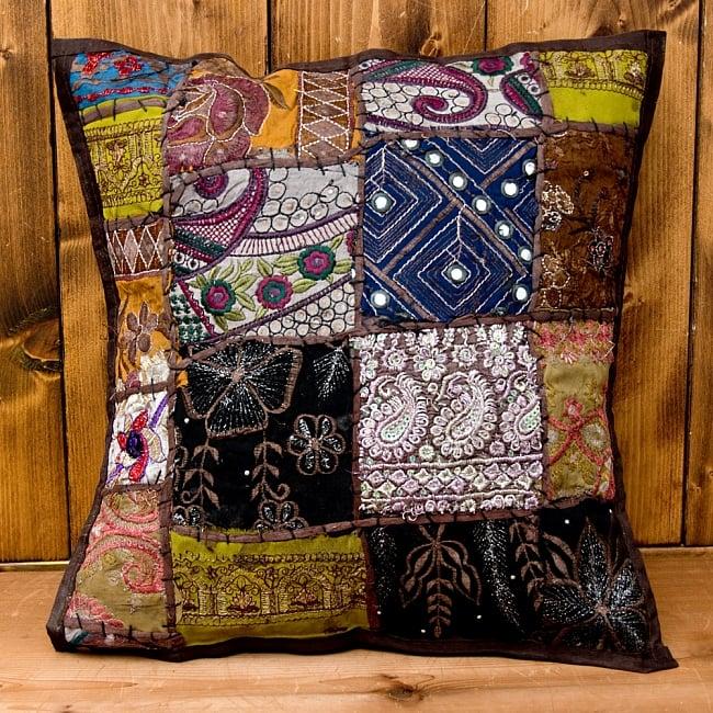 【ラジャスタン刺繍】クッションカバー こげ茶系アソートの写真2 - パッチワークや刺繍が大変美しいです!