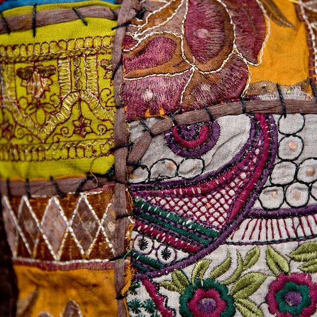 【ラジャスタン刺繍】クッションカバー こげ茶系アソートの写真3 - アンティーク布を使用しているので、シミやほつれなどある場合がござます。アンティークならではの魅力とご理解頂いた上でお買い求め下さいます様お願いお致します。