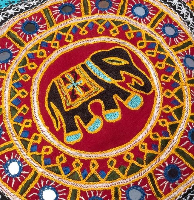 ミラー付き!ラジャスタン刺繍のクッションカバー - 象さん【赤系アソート】 2 - 象さんの拡大写真です