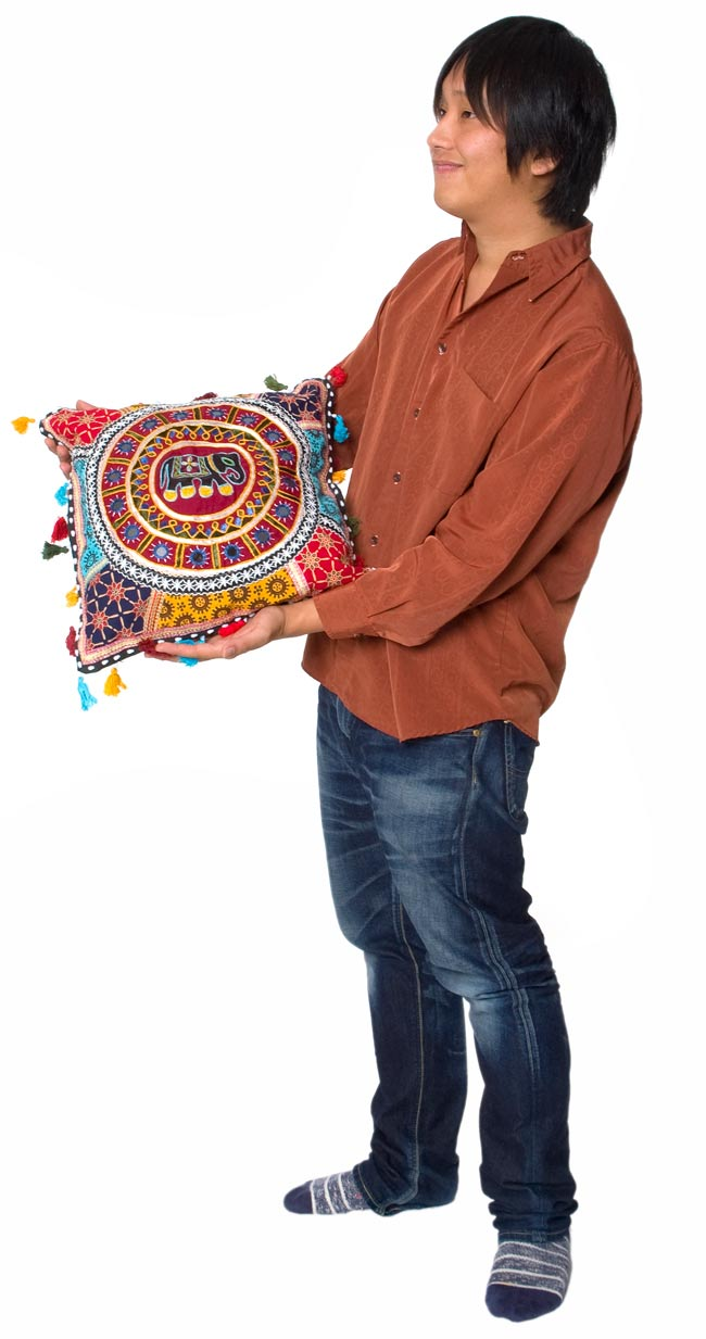 ミラー付き!ラジャスタン刺繍のクッションカバー - 象さん【黒・紺系アソート】の写真5 - 色違いの商品を持ってみました。とても使いやすい大きさですね!