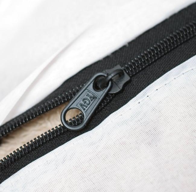 【ラジャスタン刺繍】クッションカバー - 緑系アソートの写真6 - 便利なジップタイプです