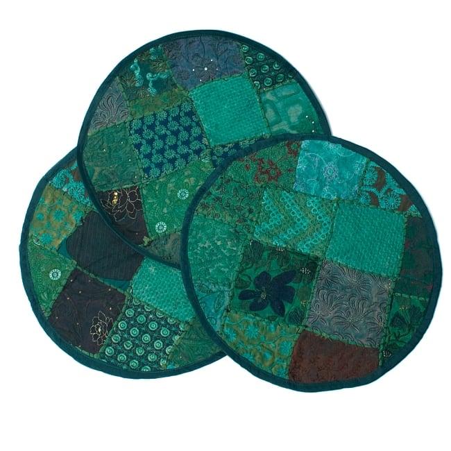 【ラジャスタン刺繍】クッションカバー - 緑系アソートの写真7 - パッチワーク商品ですので、写真のように1点1点柄が異なります。予めご了承くださいませ