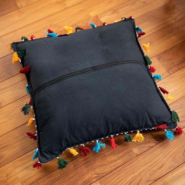 【ミラー付き!・特大】ラジャスタン刺繍の四角いクッションカバー - 象さん【黒系】の写真5 - 人が持つとこのようなサイズです。普段使いに最適ですね