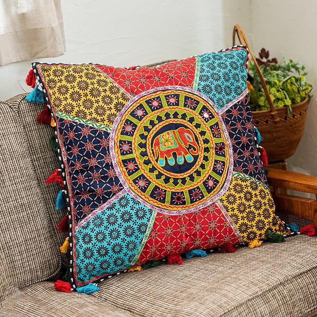 【ミラー付き!特大 61cm x 61cm】ラジャスタン刺繍の四角いクッションカバー - 象さん 6 - お部屋の雰囲気がぐっと明るくなるクッションカバーです。