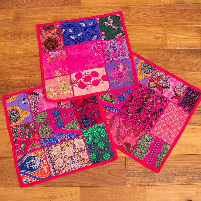 〔アソート〕ラジャスタン刺繍のクッションカバー - マゼンタレッド 6 - デザインパターンは一点ごとに異なります。アソートでのお届けとなり、柄のご指定は頂けませんのでご了承ください。