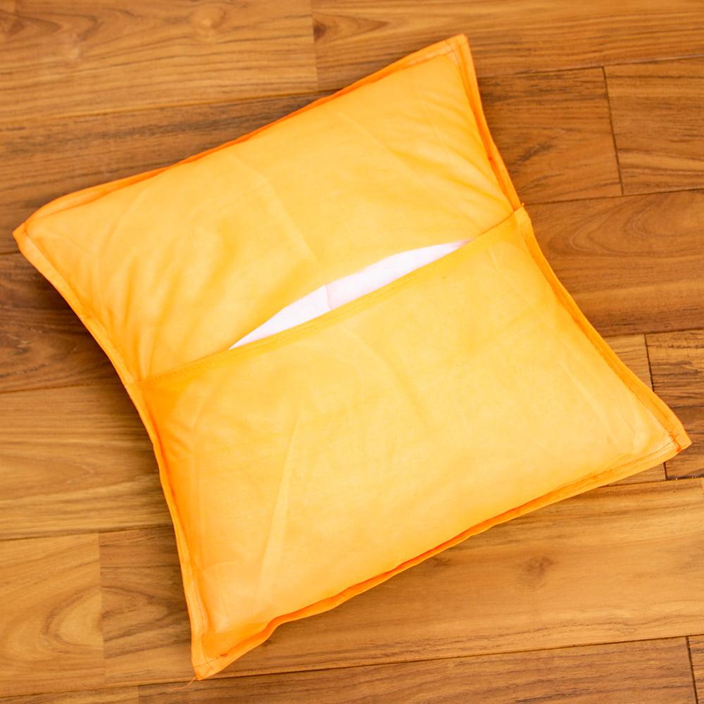 〔アソート〕ラジャスタン刺繍のクッションカバー - オレンジ 5 - 裏面はシンプルです。ジップがないので、押し開いてクッションを詰める形になります。作りはそこそこチープです。