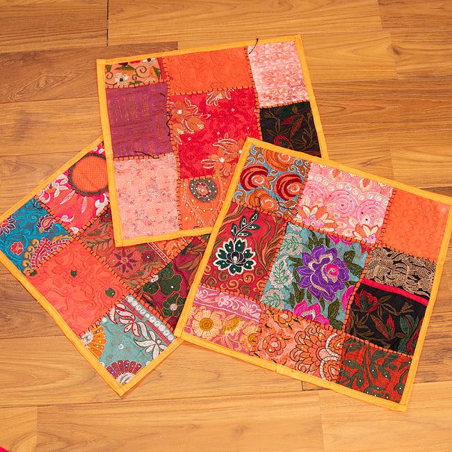 〔アソート〕ラジャスタン刺繍のクッションカバー - オレンジ 6 - デザインパターンは一点ごとに異なります。アソートでのお届けとなり、柄のご指定は頂けませんのでご了承ください。