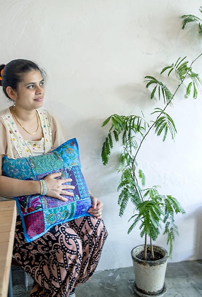 〔アソート〕ラジャスタン刺繍のクッションカバー - オレンジ 8 - 女性スタッフが抱えてみるとこれくらいの大きさです。