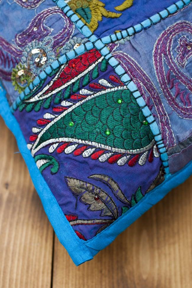 〔アソート〕ラジャスタン刺繍のクッションカバー - 水色 4 - 角の部分の様子です。