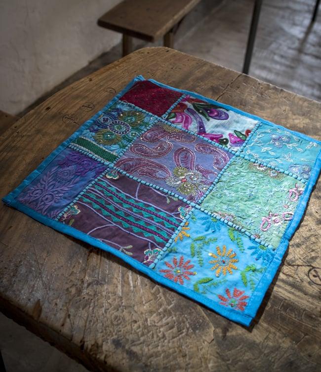 〔アソート〕ラジャスタン刺繍のクッションカバー - 水色 9 - 敷物としての使用例になります。