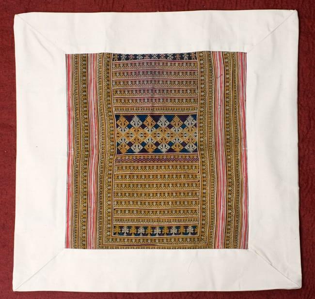 美術品クラスのモン族刺繍のクッションカバー[一点もの] 3 - 刺繍がどれだけ細かいかを理解していただくため、手を添えてみました
