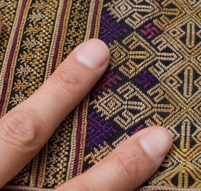 美術品クラスのモン族刺繍のクッションカバー[一点もの] 4 - 刺繍のアップです