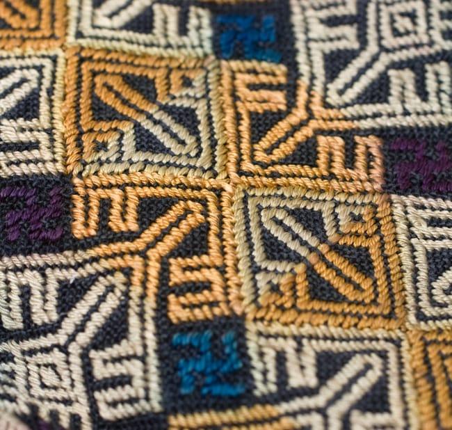 美術品クラスのモン族刺繍のクッションカバー[一点もの] 7 - 刺繍のアップです